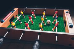 Jogadores do jogo do retrocesso do futebol do futebol da tabela foto de stock royalty free