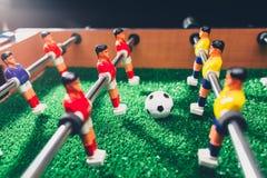 Jogadores do jogo do retrocesso do futebol do futebol da tabela fotos de stock