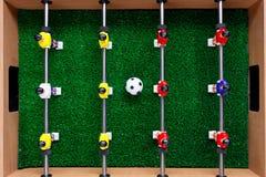 Jogadores do jogo do retrocesso do futebol do futebol da tabela foto de stock