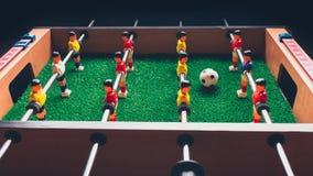Jogadores do jogo do retrocesso do futebol do futebol da tabela imagens de stock
