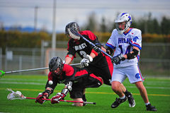 Jogadores do Lacrosse dos meninos que vão para baixo Fotografia de Stock Royalty Free