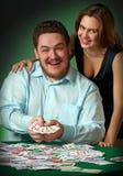 Jogadores do póquer no casino com cartões e microplaquetas Imagens de Stock Royalty Free