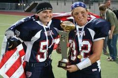 Jogadores dos EUA da equipe com a bandeira e o troféu dos EUA fotografia de stock