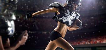 Jogadores fêmeas do futebol americano na ação imagens de stock