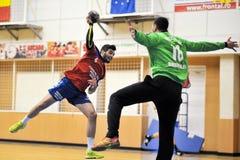 Jogadores não identificados na ação no campeonato nacional romeno do handball Imagens de Stock