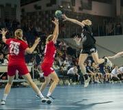 Jogadores não identificados na ação no fósforo do handball Imagens de Stock Royalty Free