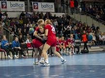Jogadores não identificados na ação no fósforo do handball Imagem de Stock Royalty Free