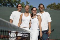 Jogadores no campo de ténis Foto de Stock Royalty Free