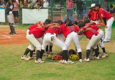 Jogadores que discutem e que cheering acima em um fósforo do basebol Imagens de Stock Royalty Free