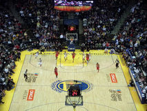 Jogadores que sprinting abaixo da corte durante o fastbreak Imagem de Stock Royalty Free