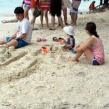 Jogando a areia na praia, Langkawi Malásia Imagens de Stock Royalty Free