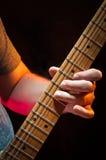 Jogando ascendente próximo da guitarra Imagem de Stock Royalty Free