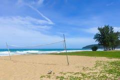 Jogando a bola na areia pelo mar Imagem de Stock Royalty Free