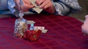 Jogando cartões e loteria da xadrez vídeos de arquivo