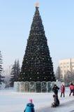 Jogando crianças em uma árvore do ano novo Foto de Stock Royalty Free