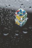 Jogando dados na resina transparente e em números coloridos Fotografia de Stock