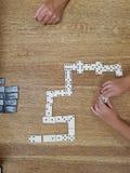 Jogando dominós Imagem de Stock