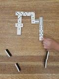Jogando dominós Imagens de Stock