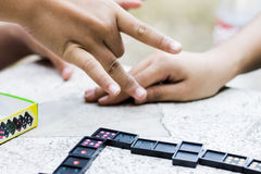 Jogando dominós Fotos de Stock Royalty Free