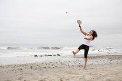 Jogando a esfera da raquete fotos de stock royalty free
