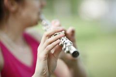 Jogando a flauta Imagens de Stock