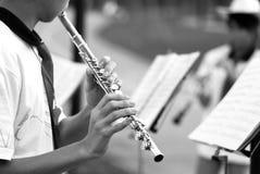 Jogando a flauta fotografia de stock