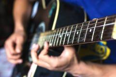 Jogando a guitarra foto de stock royalty free