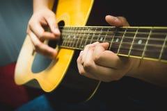 Jogando a guitarra acústica Fotografia de Stock Royalty Free