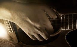 Jogando a guitarra acústica, o guitarrista ou o músico fotografia de stock royalty free