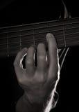 Jogando a guitarra baixa elétrica da seis-corda Fotos de Stock Royalty Free