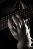 Jogando a guitarra baixa elétrica da seis-corda Imagem de Stock Royalty Free