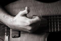 Jogando a guitarra baixa elétrica da seis-corda Imagem de Stock