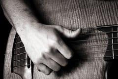 Jogando a guitarra baixa elétrica da seis-corda Foto de Stock Royalty Free