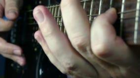 Jogando a guitarra de solo na guitarra elétrica preta video estoque