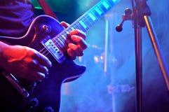 Jogando a guitarra elétrica Fotografia de Stock Royalty Free