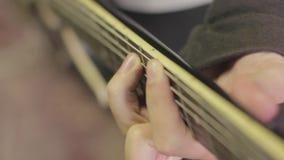 Jogando a guitarra elétrica video estoque