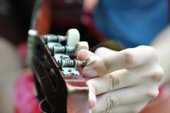Jogando a guitarra no branco Imagem de Stock Royalty Free