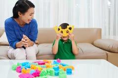 Jogando a mãe e a criança Fotografia de Stock