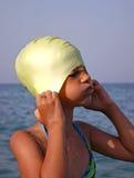 Jogando a menina na praia Imagem de Stock