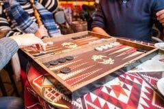 Jogando o Backgammon Foto de Stock