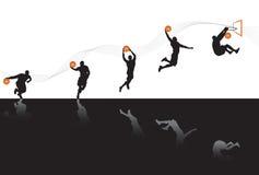 Jogando o basquetebol Imagem de Stock
