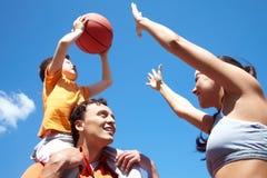 Jogando o basquetebol Imagem de Stock Royalty Free