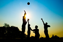 Jogando o basquetebol Foto de Stock Royalty Free