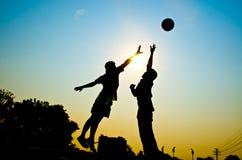 Jogando o basquetebol Fotografia de Stock