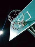 Jogando o basquetebol Imagens de Stock