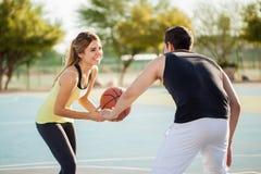 Jogando o basquetebol com meu noivo Fotos de Stock