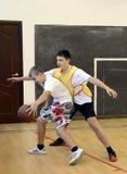 Jogando o basquetebol na classe do gym fotografia de stock royalty free