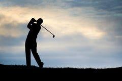 Jogando o céu azul do golfe Fotos de Stock