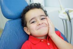 Jogando o dentista no escritório dental Imagens de Stock