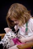 Jogando o doutor com um brinquedo enchido Fotografia de Stock Royalty Free